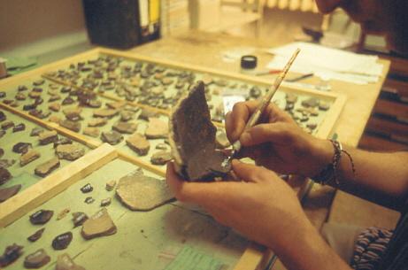 Die Funde werden mit ihrer Inventarnummer beschriftet.