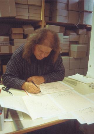 Andreas Wesemann zeichnet einen Grabungsplan.